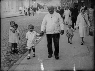 Engerser Straße ca. 1929, Josef Kronenthal mit Enkel