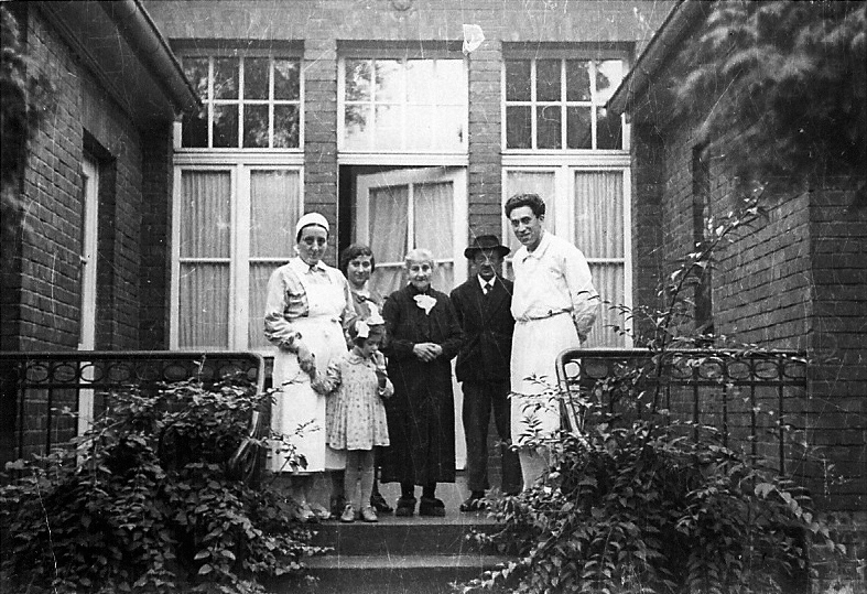 Hermann Tobias with sister-in-law Jettchen, daughter Johanna and grand daughter Margot at the Israelitic Asylum Cologne. Source: Robert Tobias
