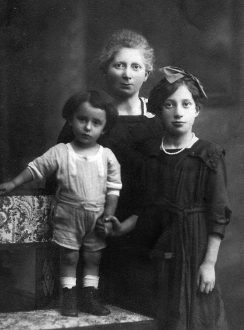 Selma Gärtner, geb. Mayer mit Sohn Paul und Tochter Irma.