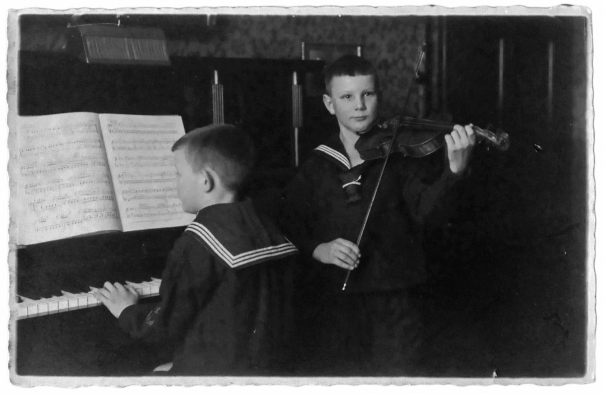 Siegfried und Albert Ernst beim häuslichen Musizieren, ca. 1929
