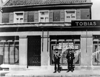 Judenboykott vor dem Geschäft am 1. April 1933