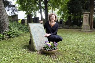 Naomi Lewin an der Gedenktafel der jüdischen Gemeinde für die Gefallenen des 1. Weltkriegs