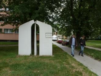 Ehemalige Ottilienstraße im Bezirk Marysin mit einer Skulptur, die den damaligen Grenzverlauf des Ghettos Lodz markiert, Juli 2012