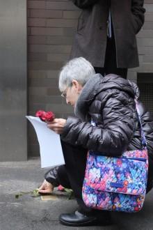 Dr. Joan Long Salomon legte rote Rosen an den Stolperstein von Julius Hirschberger