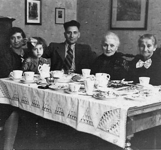 Johanna, Margot and Josef with Rosalie Abrahamsohn and Jettchen Levy, Johanna's aunt
